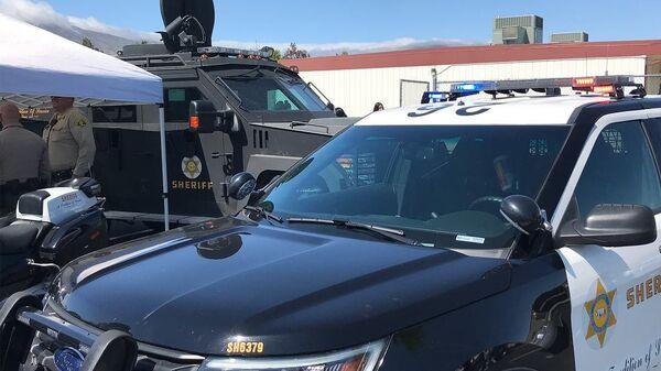Автомобиль полиции у школы Highland High School в городе Палмдейл