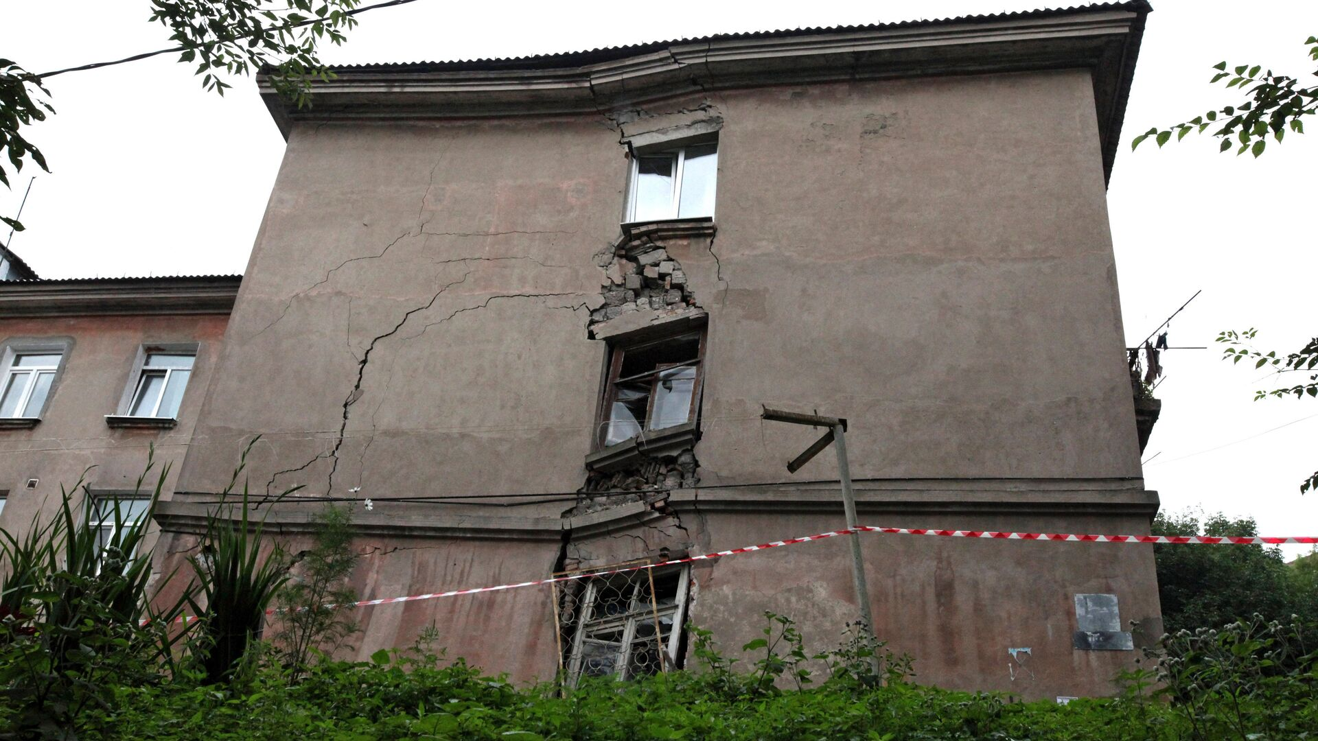 Аварийный жилой дом - РИА Новости, 1920, 05.08.2021