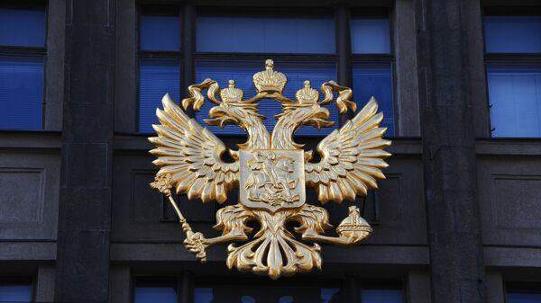 Герб на здании Государственной Думы РФ на улице Охотный ряд в Москве