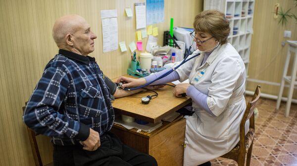 Житель села Литковка Омской области во время медицинского обследования. Архивное фото