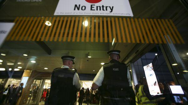 Сотрудники британской полиции в аэропорту