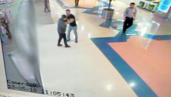 Скриншот видеозаписи камеры наблюдения в торговом центре в Екатеринбурге