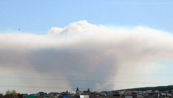 Облако дыма над территорией бывшего военного арсенала в Удмуртии в результате пожара. 16 мая 2018
