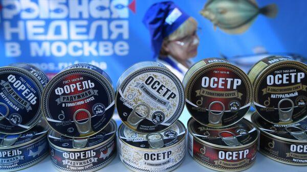 Рыбные консервы на прилавке во время фестиваля Рыбная неделя в Москве. Архивное фото