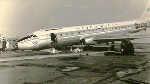 Самолет Ту-104Б с бортовым номером 42505 после посадки в аэропорту Пулково. 23 апреля 1973 года