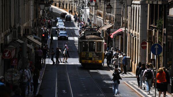 Трамвай на одной из улиц Лиссабона