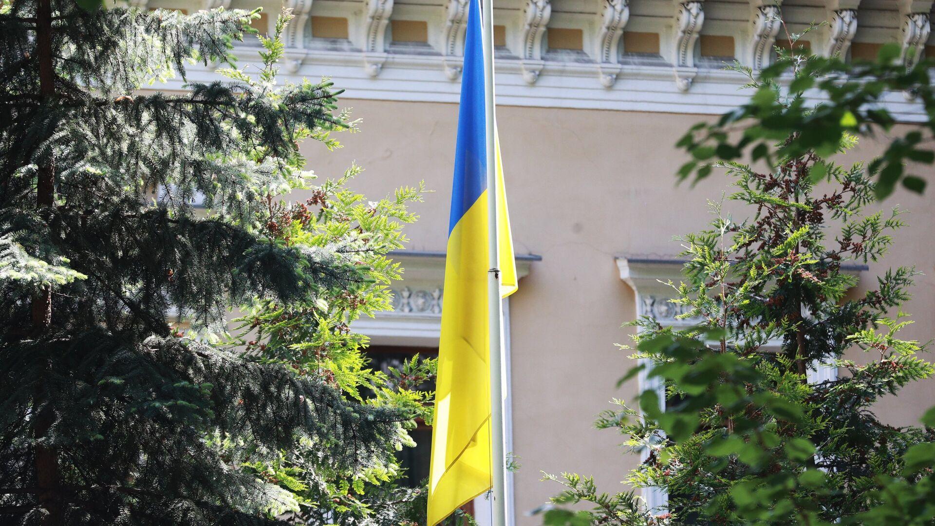 Флаг у здания посольства Украины в Москве - РИА Новости, 1920, 20.07.2021