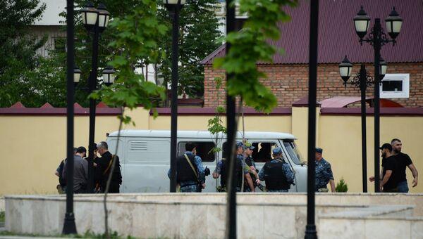 Сотрудники правоохранительных органов у церкви Архангела Михаила в центре Грозного, в которой четверо боевиков пытались захватить прихожан в качестве заложников. 19 мая 2018