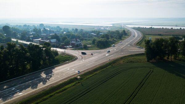 Автомобильное движение по трассе Краснодар - Керчь ведущее к Крымскому мосту