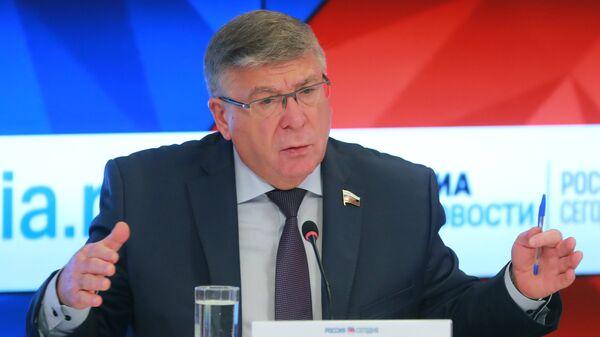 Председатель Комитета Совета Федерации по социальной политике Валерий Рязанский на пресс-конференции в ММПЦ МИА Россия сегодня. 22 мая 2018