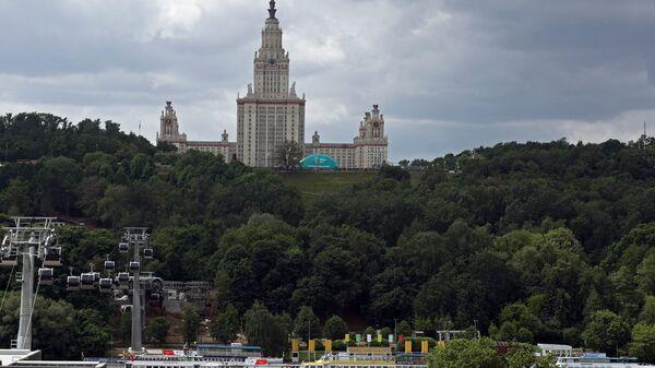 Вид на главное здание Московского государственного университета имени М. В. Ломоносова и канатную дорогу на Воробьевых горах