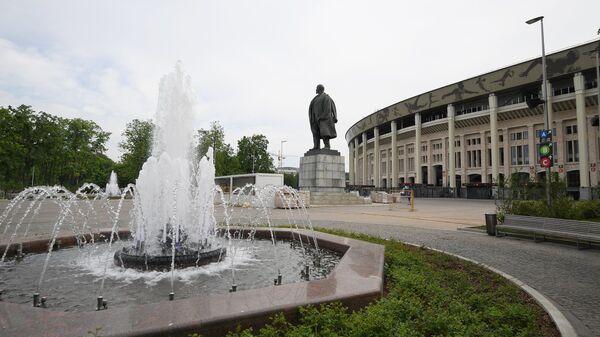 Фонтан и памятник В. И. Ленину у Большой спортивной арены Лужники в Москве