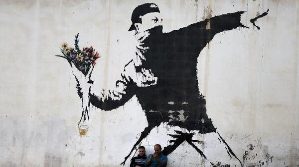 Граффити британского художника Бэнкси на стене заправочной станции в городе Вифлееме на Западном берегу реки Иордан