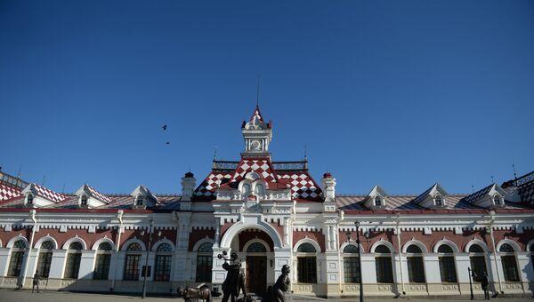 Площадь перед зданием Старого вокзала в Екатеринбурге.
