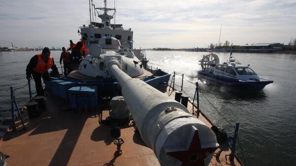 Военнослужащие на палубе пограничного сторожевого корабля Смерч во время службы в Амурской области
