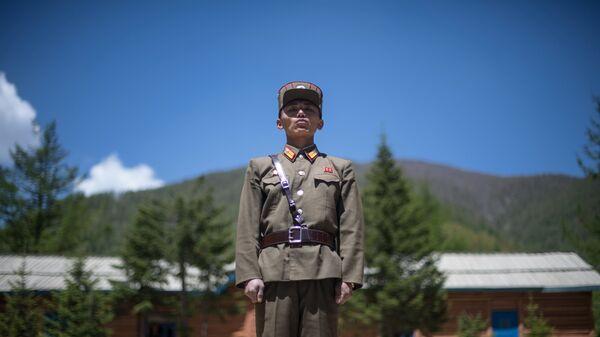 Военнослужащий на ядерном полигоне Пхунгери на севере КНДР