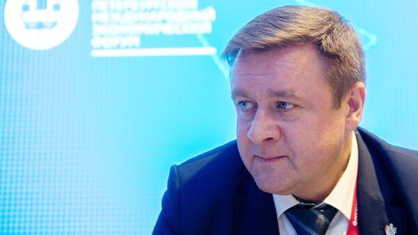 Губернатор Рязанской области Николай Любимов на стенде МИА Россия сегодня на Петербургском международном экономическом форуме. 25 мая 2018