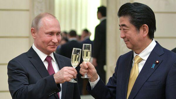 Президент РФ Владимир Путин и премьер-министр Японии Синдзо Абэ на приеме в честь открытия перекрёстных годов России и Японии в Большом театре. 26 мая 2018