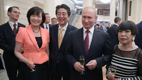 Президент РФ Владимир Путин и премьер-министр Японии Синдзо Абэ с супругой Акиэ Абэ на приеме в честь открытия перекрёстных годов России и Японии в Большом театре. 26 мая 2018