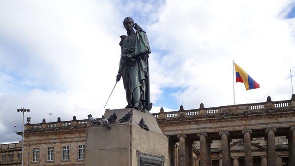 Памятник Симону Боливару на центральной площади Боготы, Колумбия