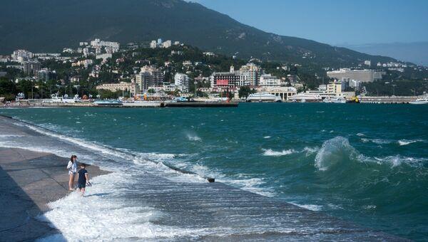Отдыхающие на городском пляже ялтинской набережной имени Ленина