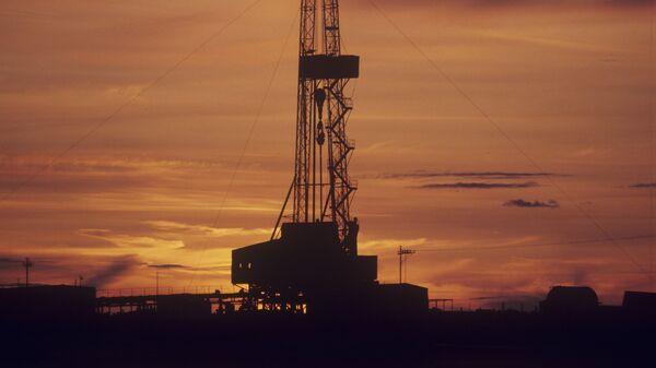 Буровая вышка на Самотлорском месторождении нефти и газа