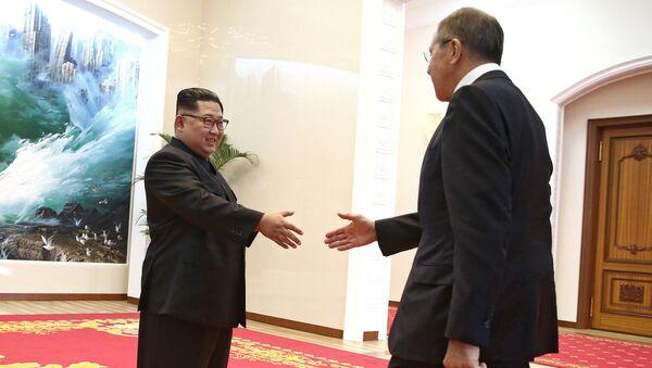 Министр иностранных дел РФ Сергей Лавров и глава КНДР Ким Чен Ын на встрече в Пхеньяне. 31 мая 2018
