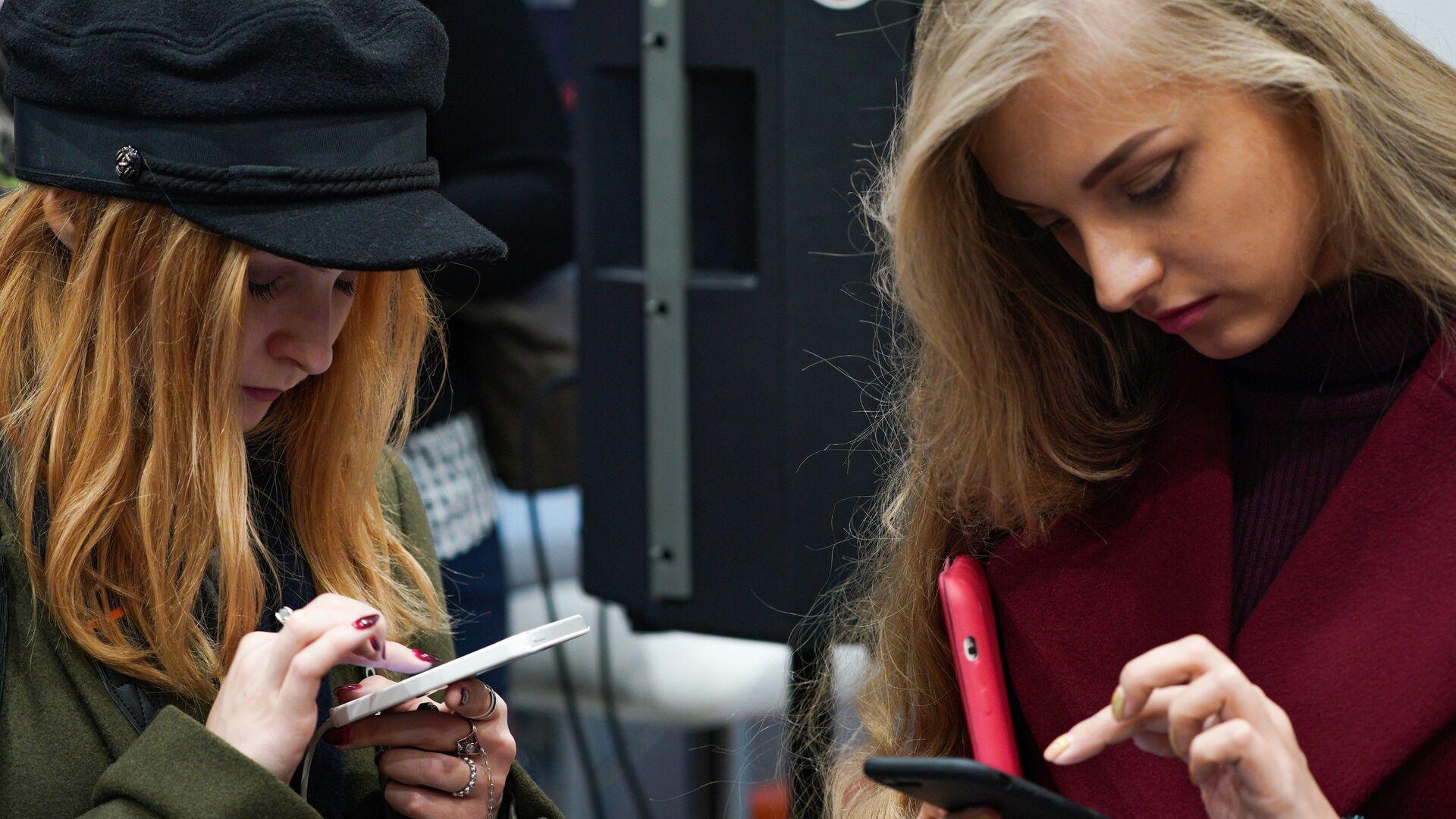 Посетители в магазине Xiaomi на Тверской улице в Москве - РИА Новости, 1920, 22.12.2020