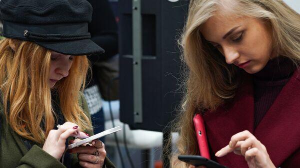 Посетители в магазине Xiaomi на Тверской улице в Москве