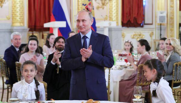 Владимир Путин на церемонии вручения в Кремле ордена Родительская слава родителям многодетных семей. 1 июня 2018