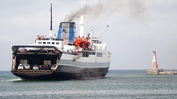 Заход судна паромной переправы Холмск-Ванино Сахалинского морского пароходства в порт Холмск