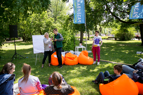 Участники и гости Большого фестиваля добровольцев в Сокольниках
