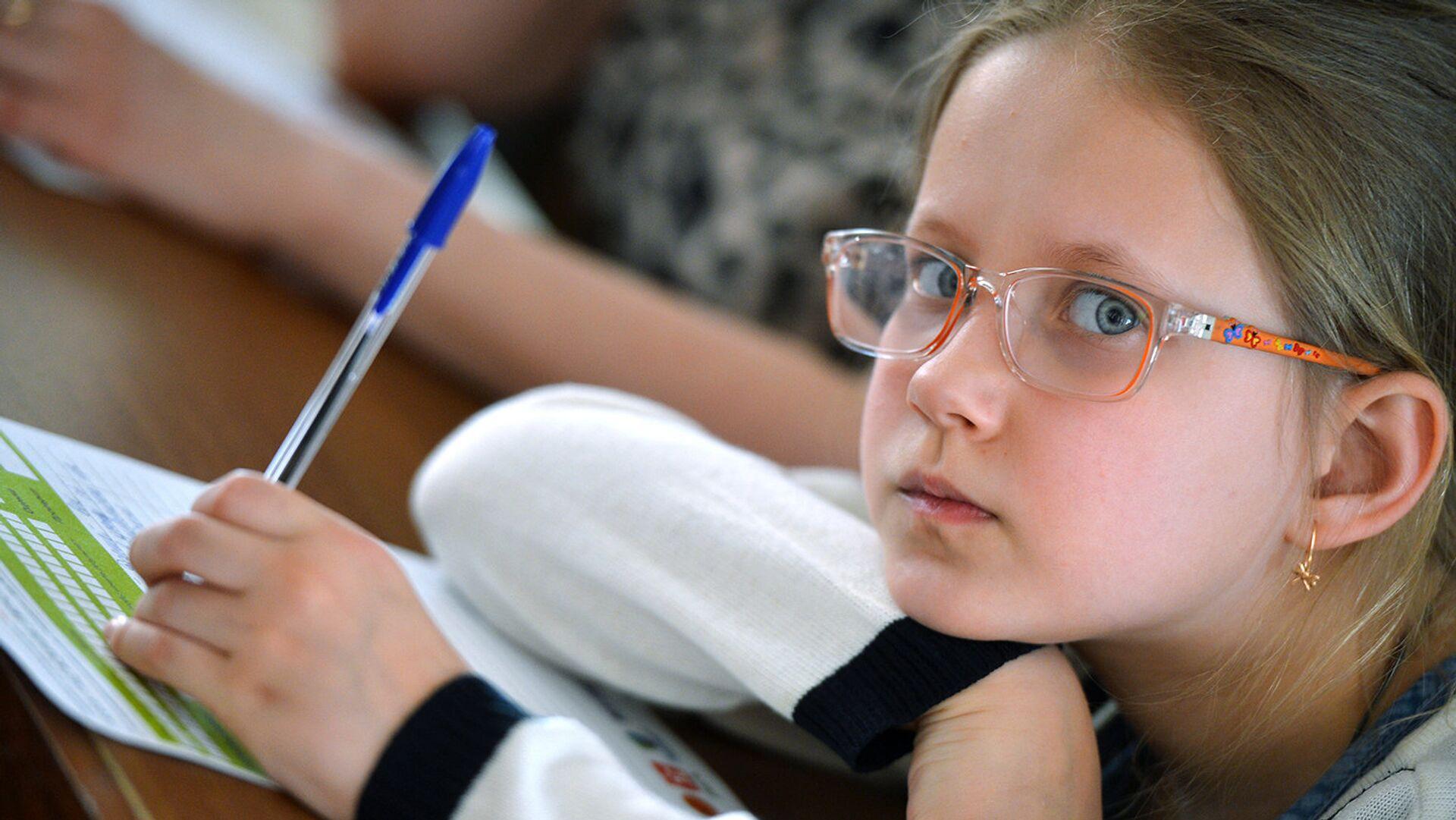 Почти у половины школьников Москвы снижена острота зрения - РИА Новости, 1920, 04.10.2021