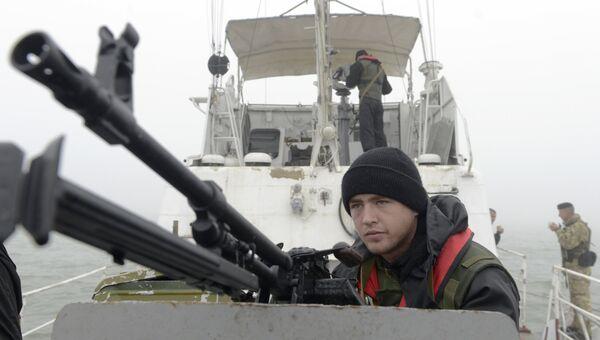 Сотрудники береговой охраны Украины патрулируют Азовское море в районе Мариуполя