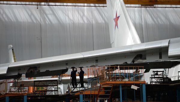 Самолет Ан-124-100 в сборочном цехе самолетостроительного предприятия в Ульяновске