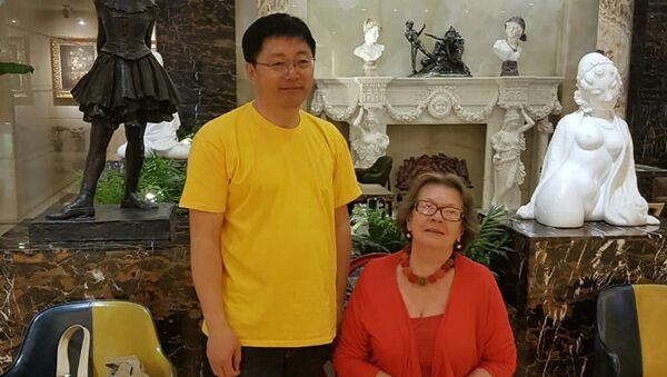 Ванг Хайкинг и Ольга Зиновьева в нижнем холле гостиницы A.C.ART MUSEUM Hotel – A.C.EMBASSY HOTEL