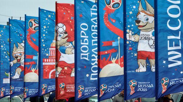 Флаги с символикой чемпионата мира по футболу 2018 на Дворцовом мосту в Санкт-Петербурге
