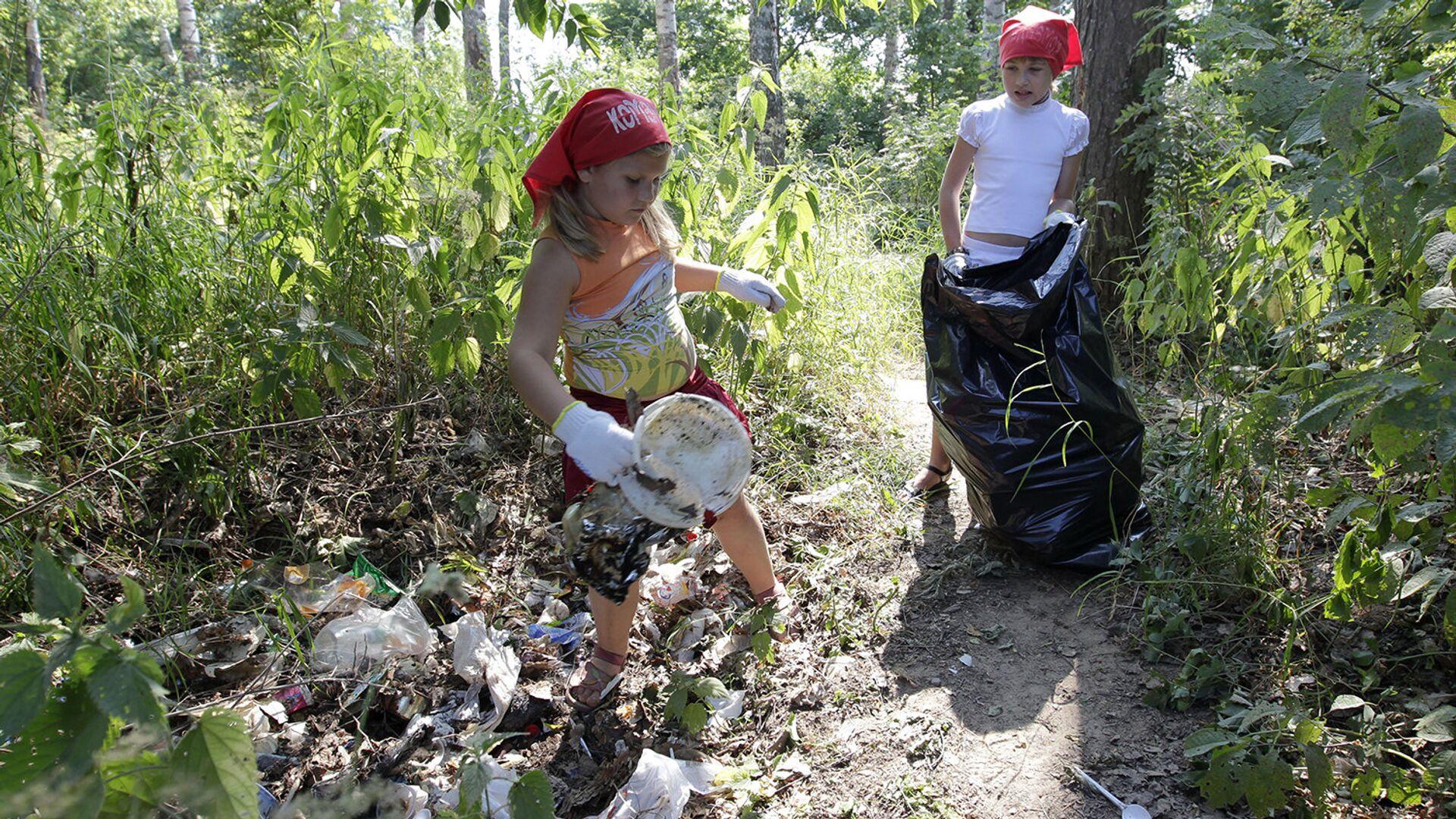 Школьники убирают мусор с прибрежной зоны - РИА Новости, 1920, 13.09.2021