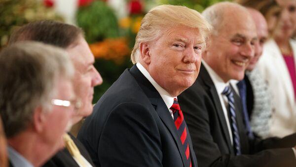 Президент США Дональд Трамп во время встречи с премьер-министром Сингапура Ли Сянь Лунгом перед саммитом с лидером Северной Кореи Ким Чен Ыном. 11 июня 2018