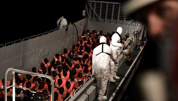 Экипаж судна Aquarius оказывает помощь нелегальным мигрантам в Средиземном море. 10 июня 2018