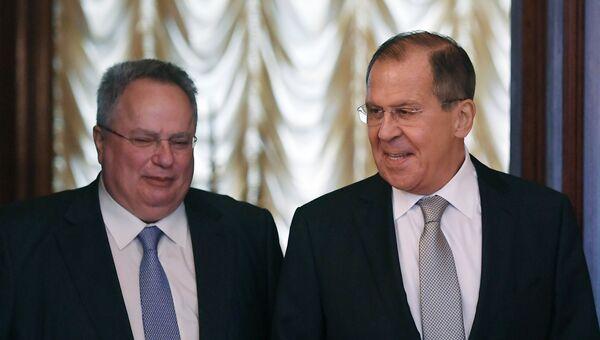 МИД Греции Никос Кодзиас и Сергей Лавров во время встречи. 13 июня 2018