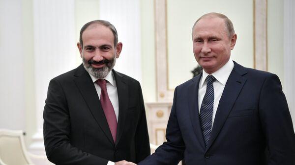 Владимир Путин и премьер-министр Армении Никол Пашинян во время встречи. Архивное фото
