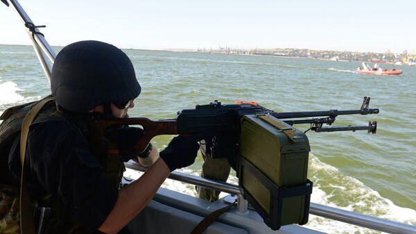 Украинский военнослужащий во время патрулирования Азовского моря