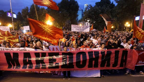 Участники митинга против изменения названия страны перед зданием парламента в Скопье в Македонии. Архивное фото