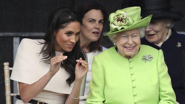 Меган, герцогиня Сассекская и британская королева Елизавета II на открытии нового моста для ворот Мерси в Виднес. 14 июня 2018