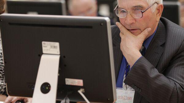 Мужчина предпенсионного возраста за компьютером