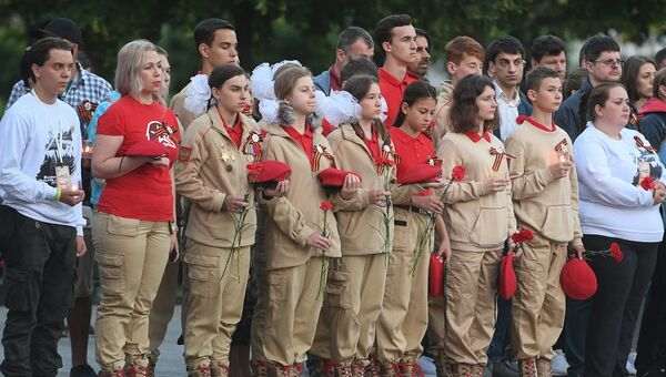 Юнармейцы во время акции Вахта памяти. Вечный огонь в Александровском саду в Москве. 22 июня 2018
