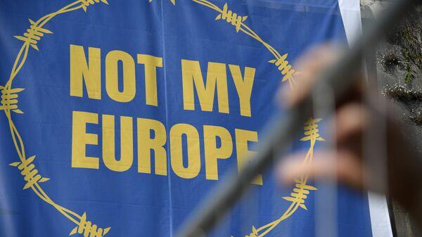 Баннер с надписью Не моя Европа во время акции протеста против миграционной политики ЕС в Риме, Италия