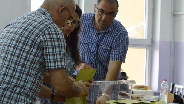 Вскрытие избирательной урны перед подсчетом голосов на избирательном участке в Анкаре. 24 июня 2018