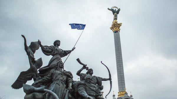 Флаг ЕС на площади Независимости в Киеве